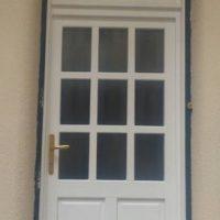Fehér üveges fa bejárati ajtó