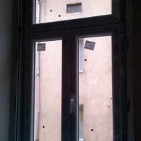Régi tokba épitett ablak