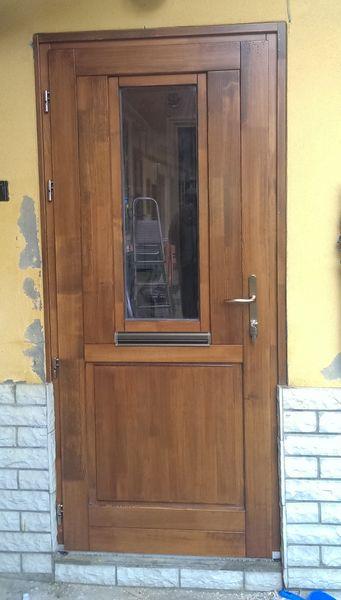 Kifelé nyíló fa bejárati ajtó