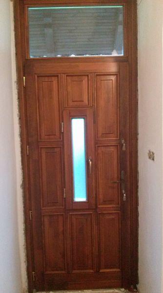 Bejárati ajtó ablakos