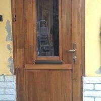 Bejárati ajtó nyitható ablakkal