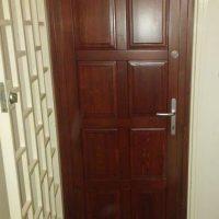 Panellakás bejárati ajtó