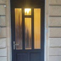 több ponton záródó bejárati ajtó